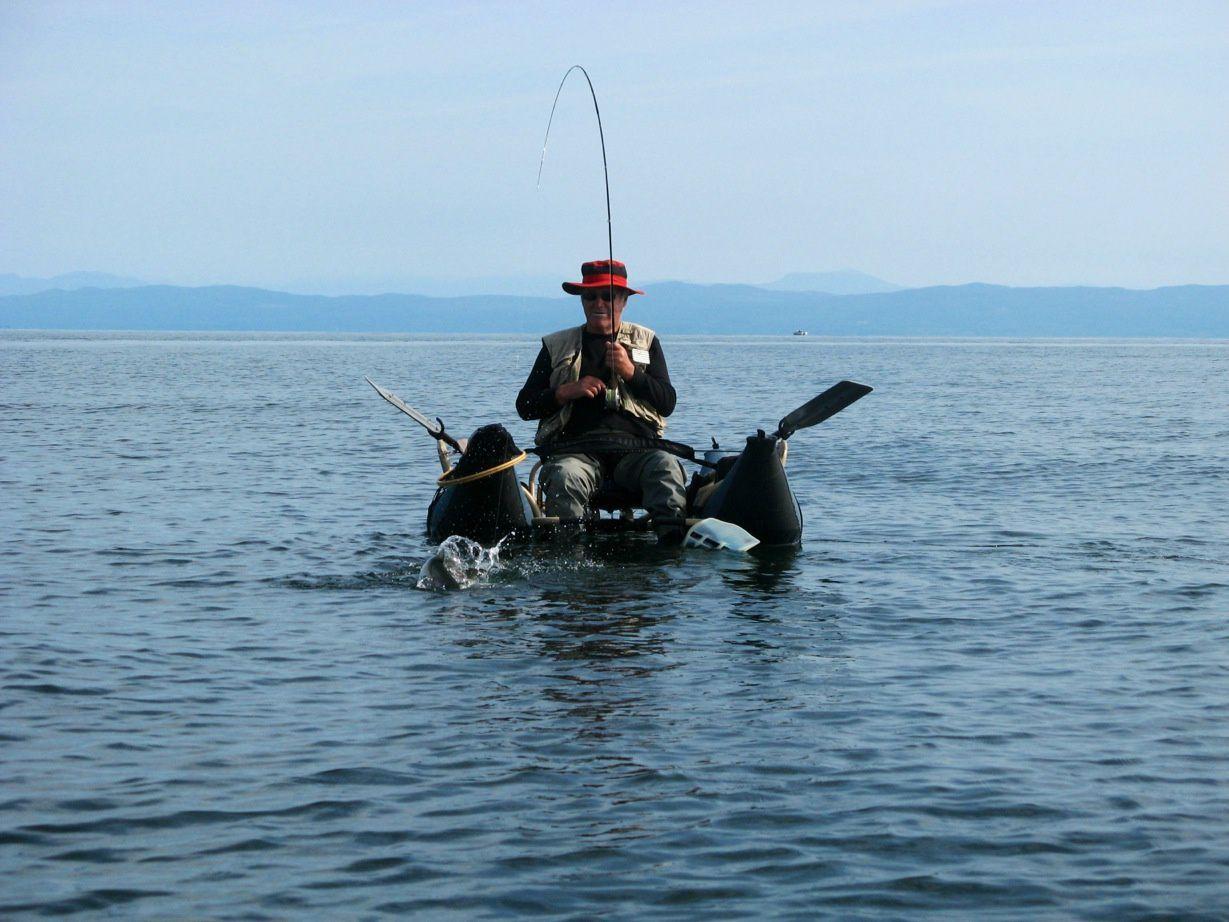 le mêcheur à la pouche sur son pontoon boat