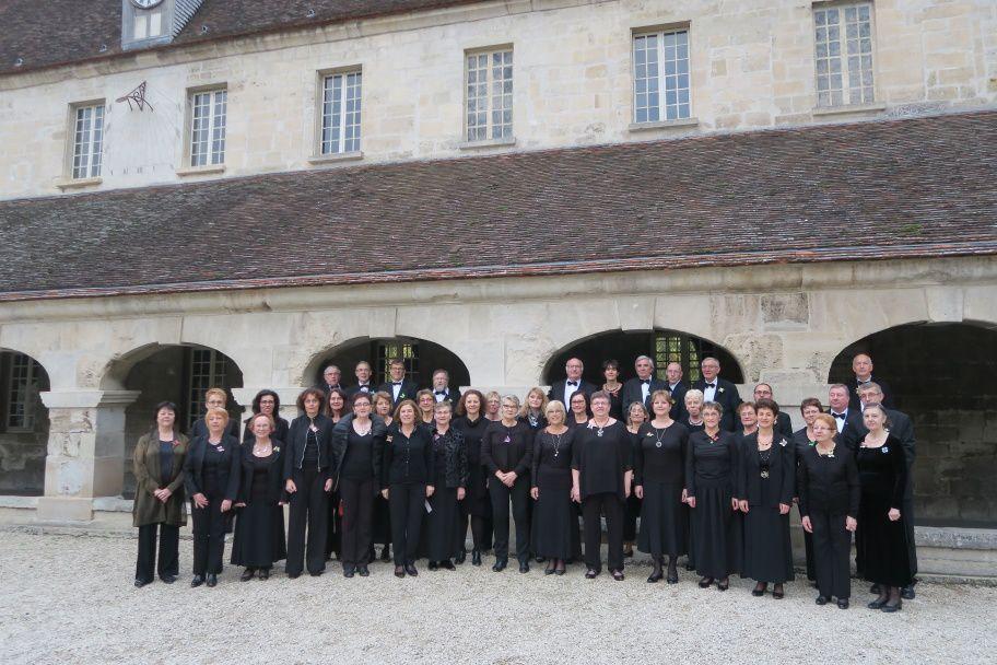 Le Chœur des Aulnes devant l'Abbaye royale du Moncel.