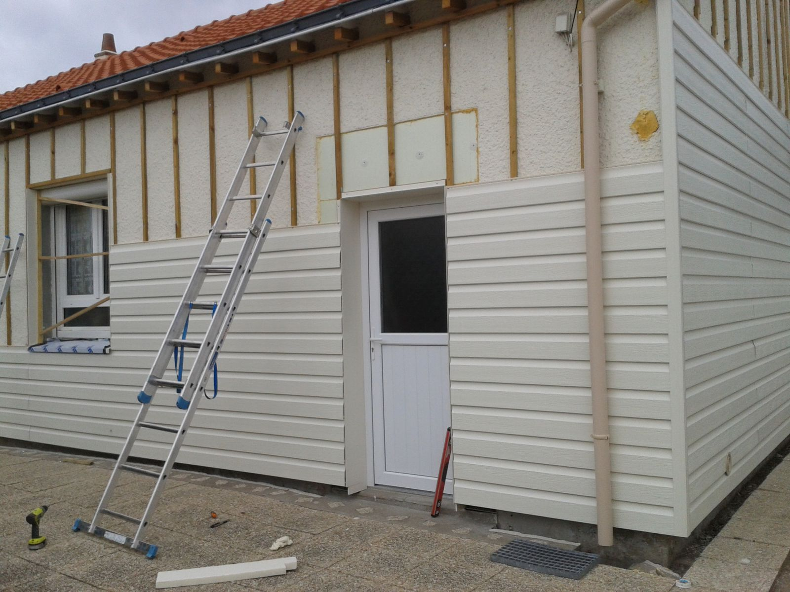 Bardage pvc brico depot salon with portail aluminium for Bardage de facade maison