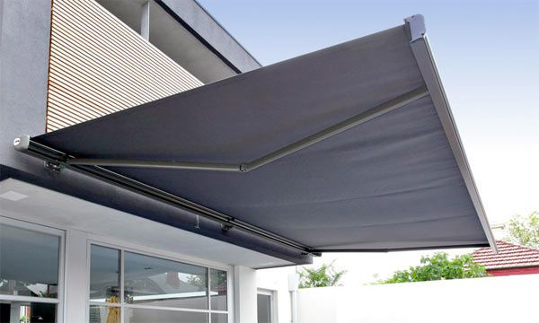 Why is it advantageous to use a retractable awning?