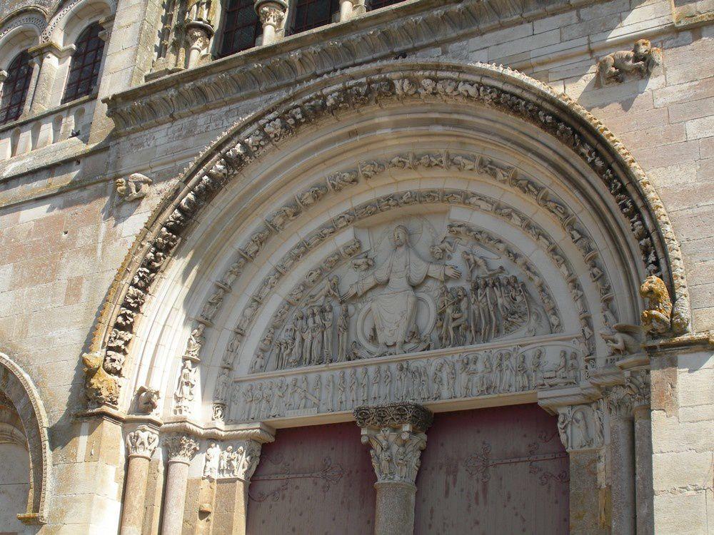 Merveilleux façade et tympan de la basilique