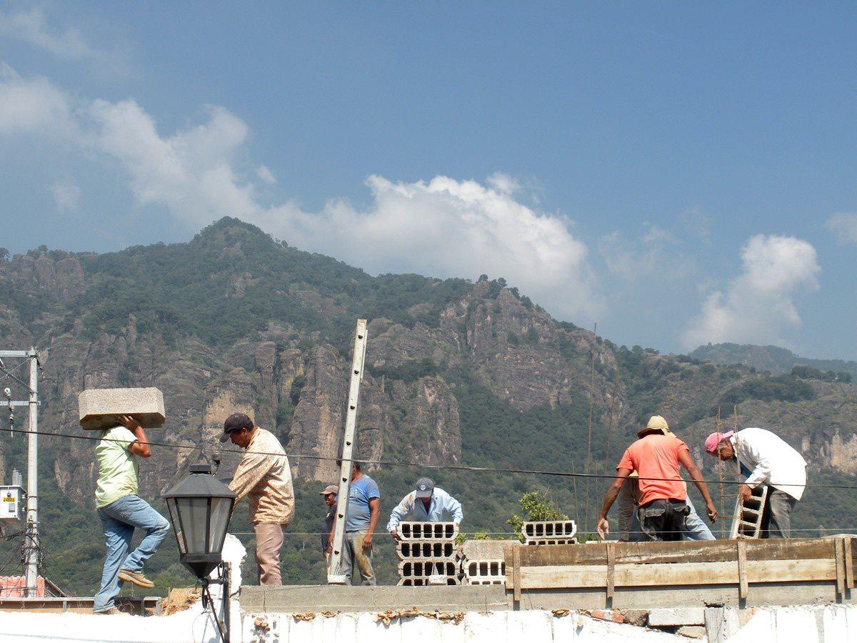 Chantier sur fond de montagnes à Tepoztlán : « hecho a mano »