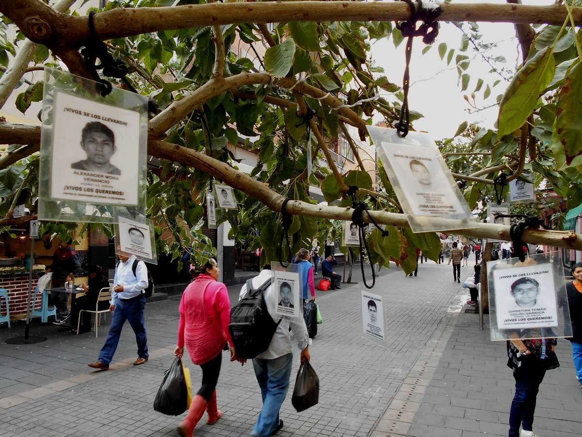 Illustrations : banderole à Cuernavaca, arbre dédié aux disparus à Mexico et copie d'écran du Journal La Jornada