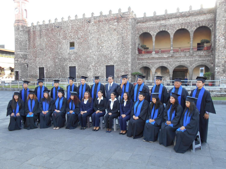 Les étudiants prennent la bonne pose devant le palacio de Cortés