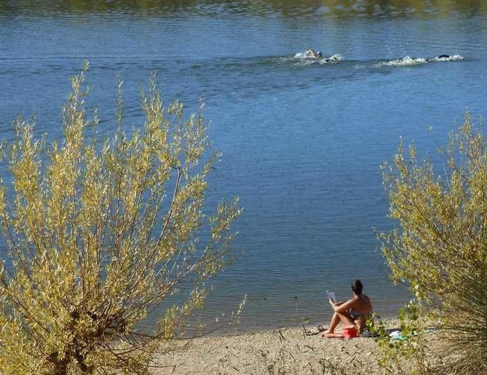 L'arbre de mai bavarois se mire dans les eaux douces du lac du Crès