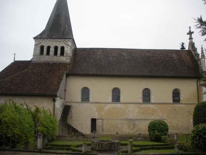 Divers aspects de l'église aux trois sanctuaires dans un village attrayant
