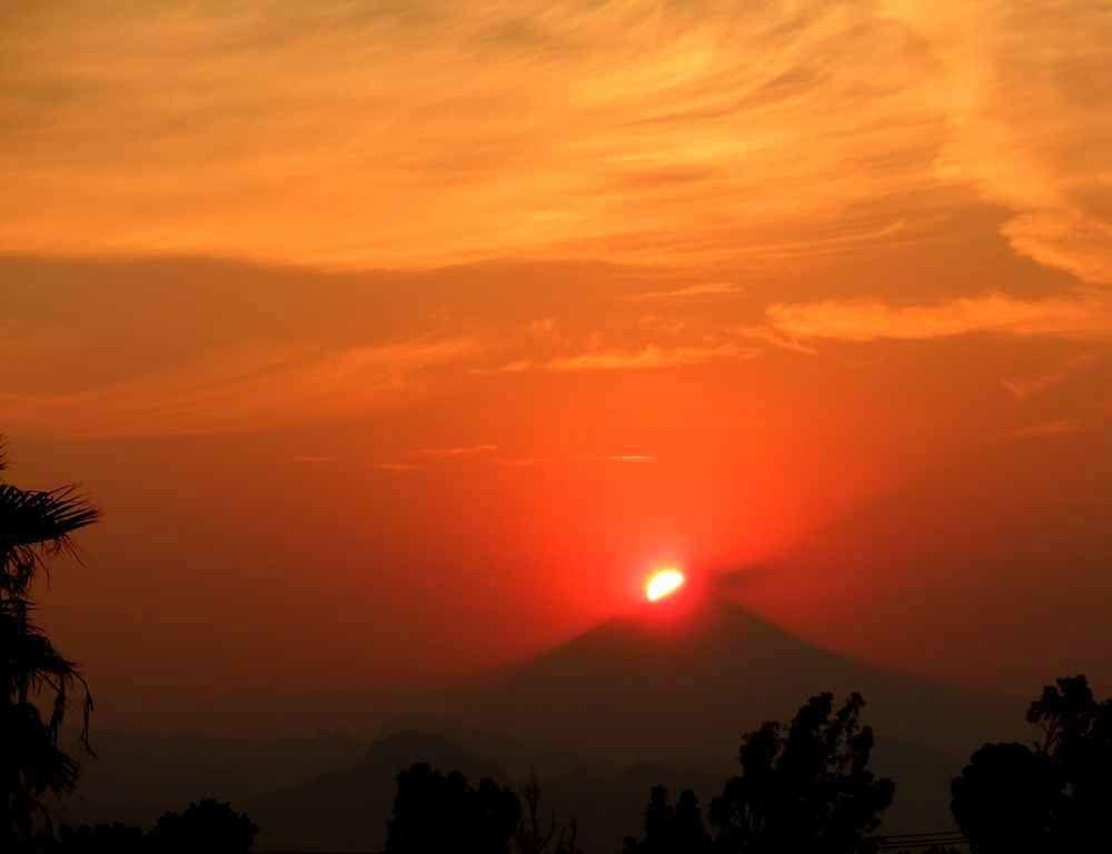 C'est le printemps et le Soleil passe à gauche du Popocatepetl