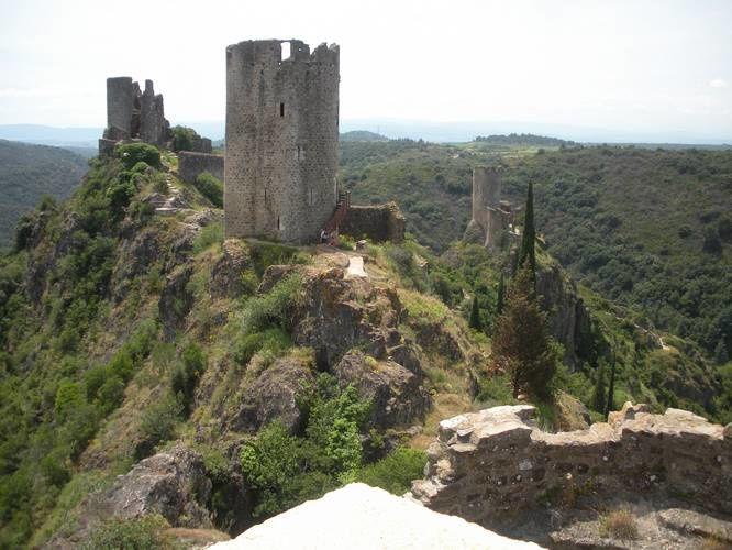 Les quatre châteaux de Lastours sur un seul site, une merveille originale du pays Cathare, à ne pas manquer