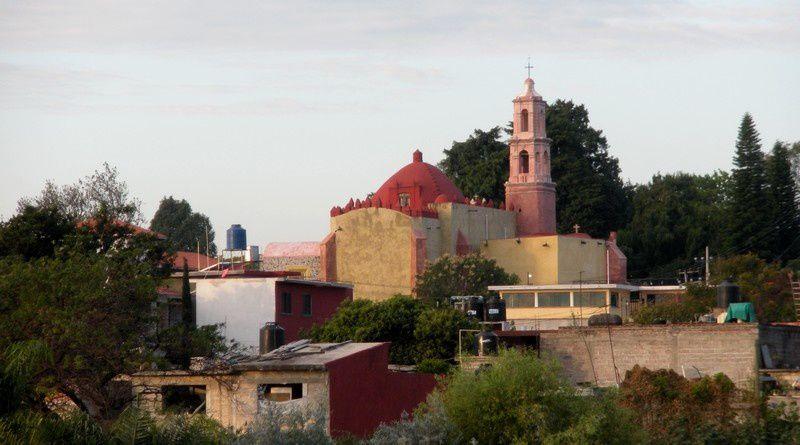 De la route fédérale, le village et l'église de Santa Maria