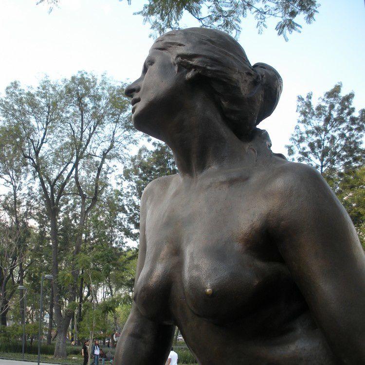 Cette belle statue n'est pas de chair peinte mais de vrai métal ; les rues de Mexico recèlent ainsi des centaines d'oeuvres d'art.