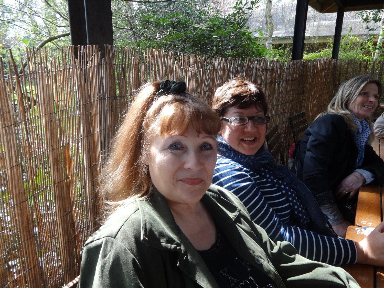 il y a Nadine (Lamanuelle) avec son gilet gris et Patoune (romantikascrap) sur la dernière photo (avec les camélias), monique evasionscrap (gilet bleu) avec Marine (marinescrap)
