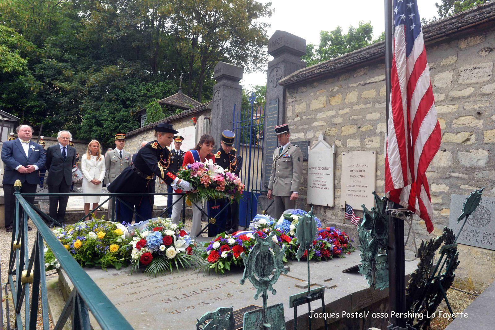 dépot de gerbe sur la tombe du Marquis de La Fayette par Valérie Montandon représentant la Présidente de la région Ile de France Valérie Pécresse