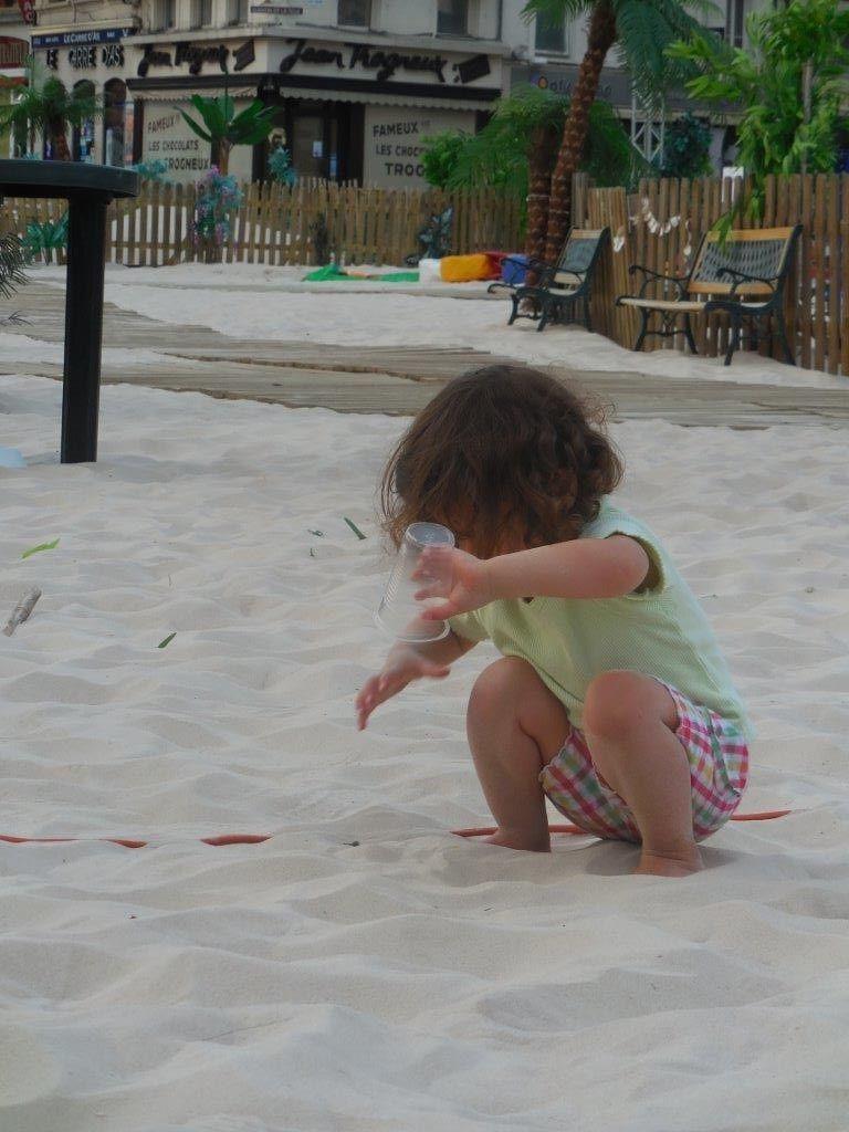 Les premiers enfants sur la plage hier soir.