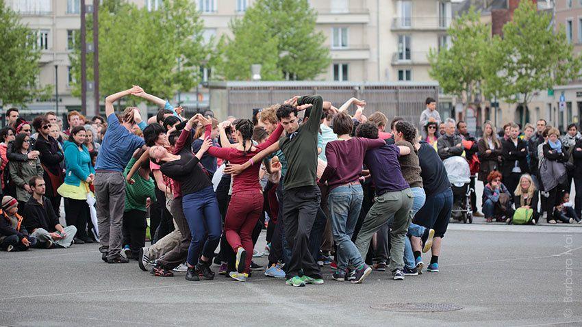 Passing through interprété par 40 étudiants de P.A.R.T.S. Bruxelles - Fou de danse 2015 © Barbara Mai