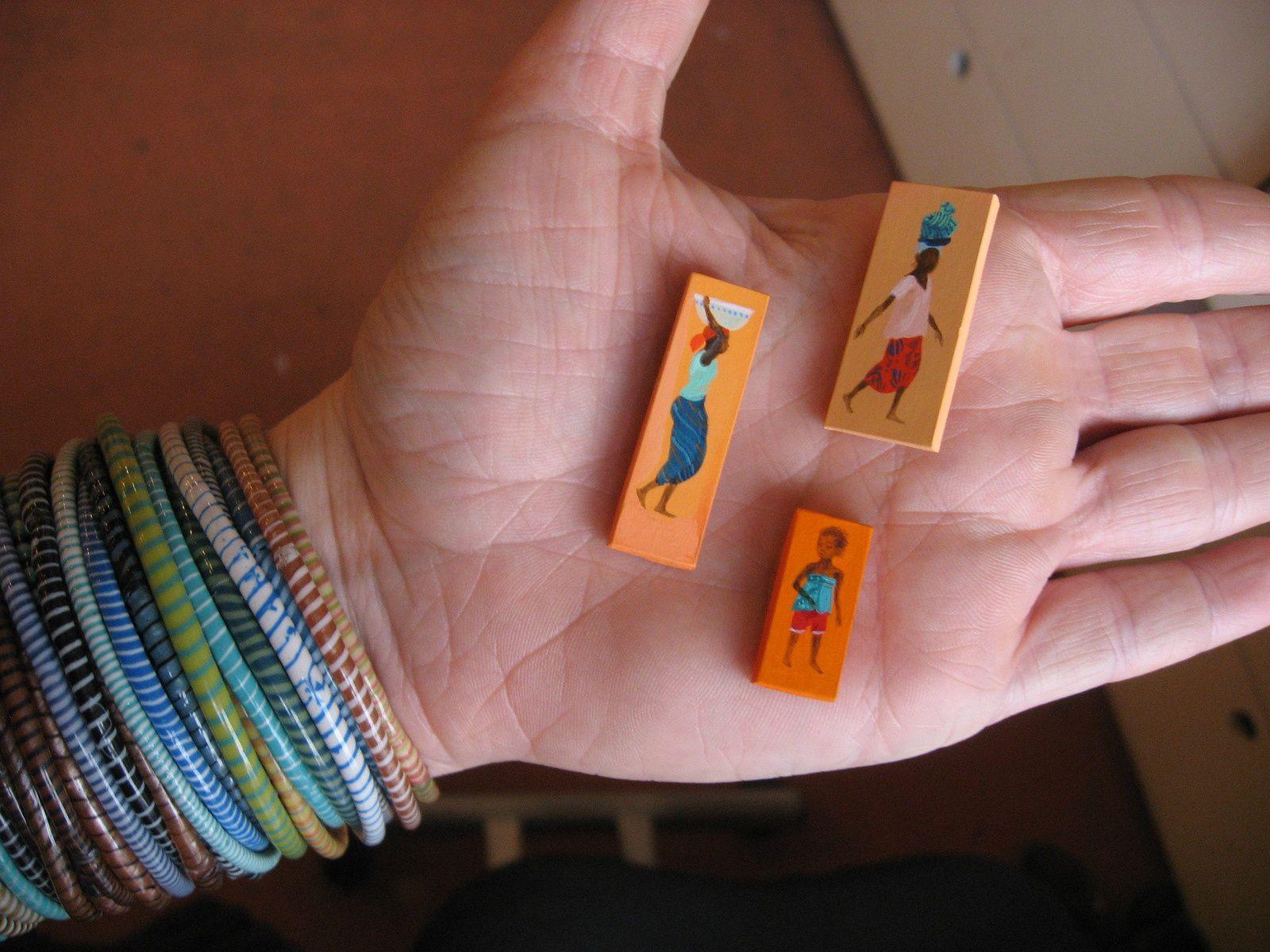 Suite au voyage au Mali, j'ai réalisé une installation de 150 peintures miniatures et dessins à même le mur (à l'atelier, portes ouvertes)