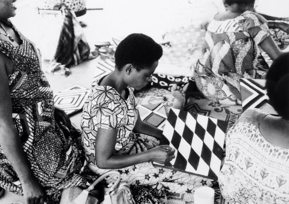 Les femmes au travail. J'adore le mélange de motifs, entre les pagnes et leurs oeuvres!