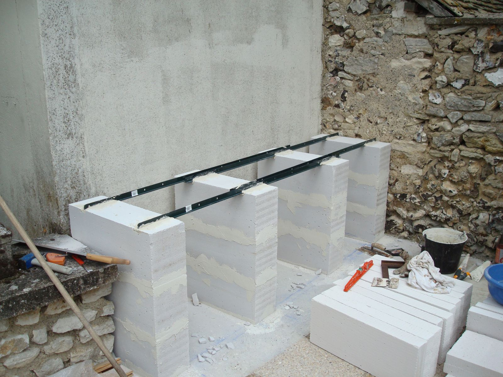 Construction d 39 un barbecue sur mesure renaud le bricolo - Monter un mur en siporex ...