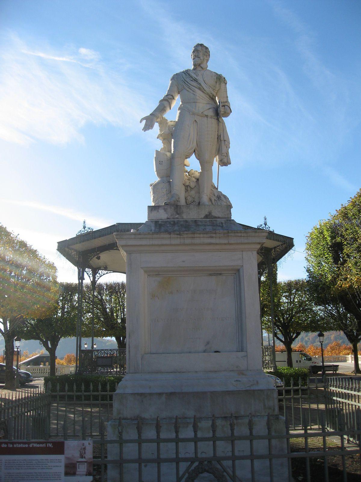 Le bon roi Henri IV et son château,  la vue du boulevard des Pyrénées, la douceur d'une balade dans le gave de Pau, belle villa du square Besson et le funiculaire qui facilite la liaison entre la ville haute et la ville basse .