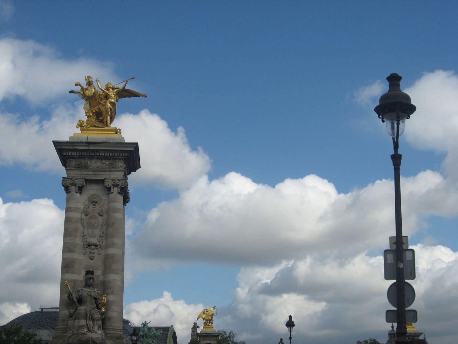 Belles balades dans différents quartiers de Paris sous le soleil .
