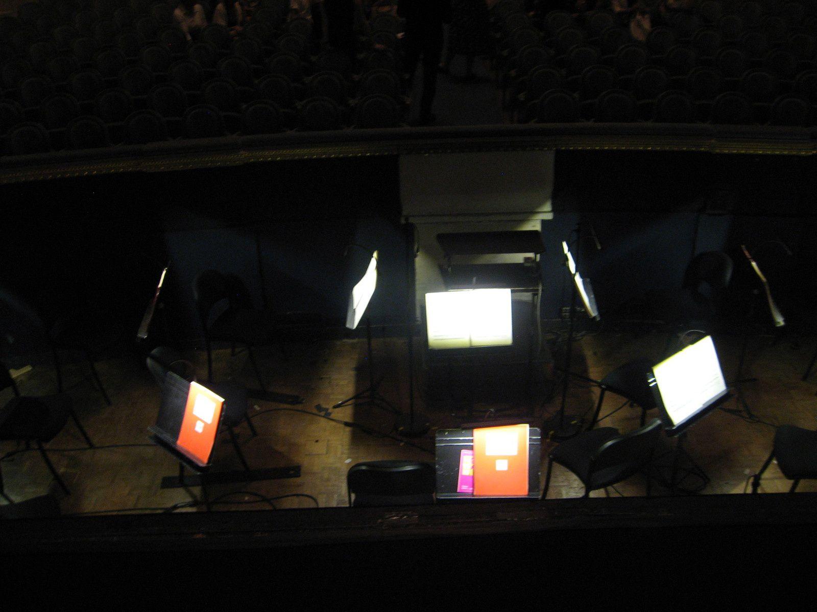 Bureau du Chef du coeur et pupitre avant la répétition, le Coeur de l'Opéra de Bordeaux lors de la journée  tous à l'Opéra, fosse d'orchestre et plafond vus depuis la scène .