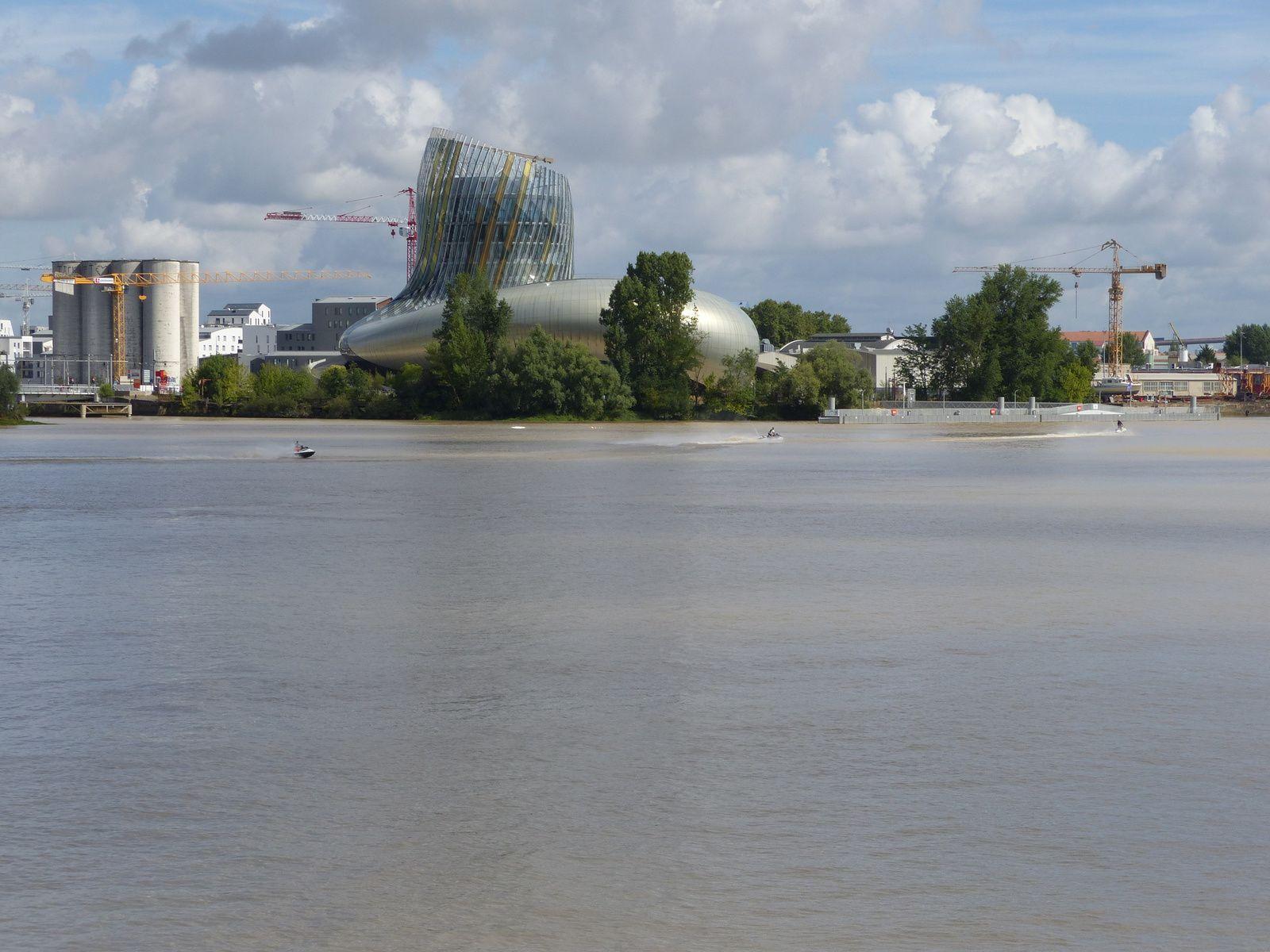 Visite de Bordeaux, à pieds, en bateau, en jet ski ou en vélos