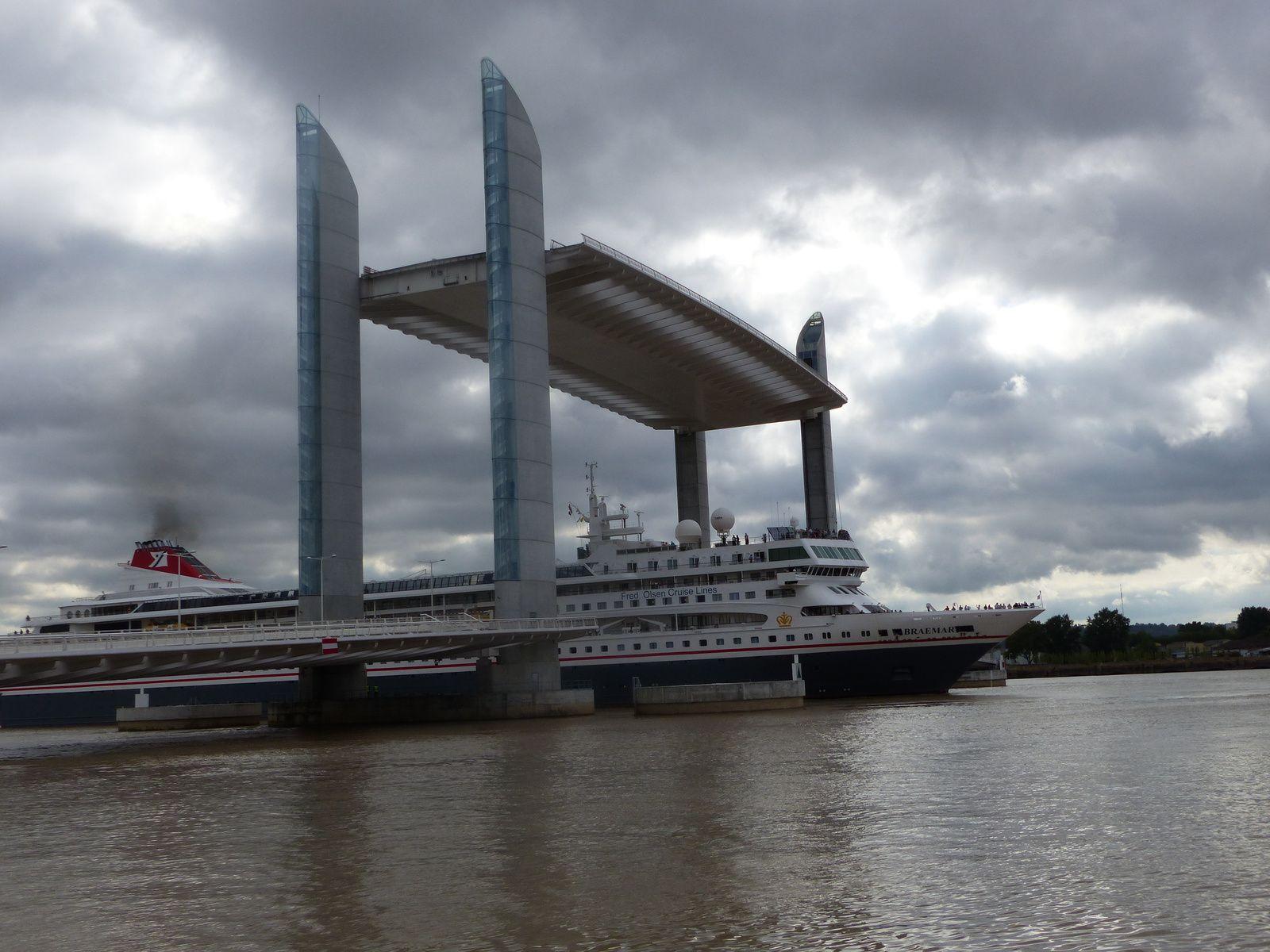 Le Pont Chaban Delmas à Bordeaux, porte d'entrée dans le Port de la Lune pour les  gros bateaux