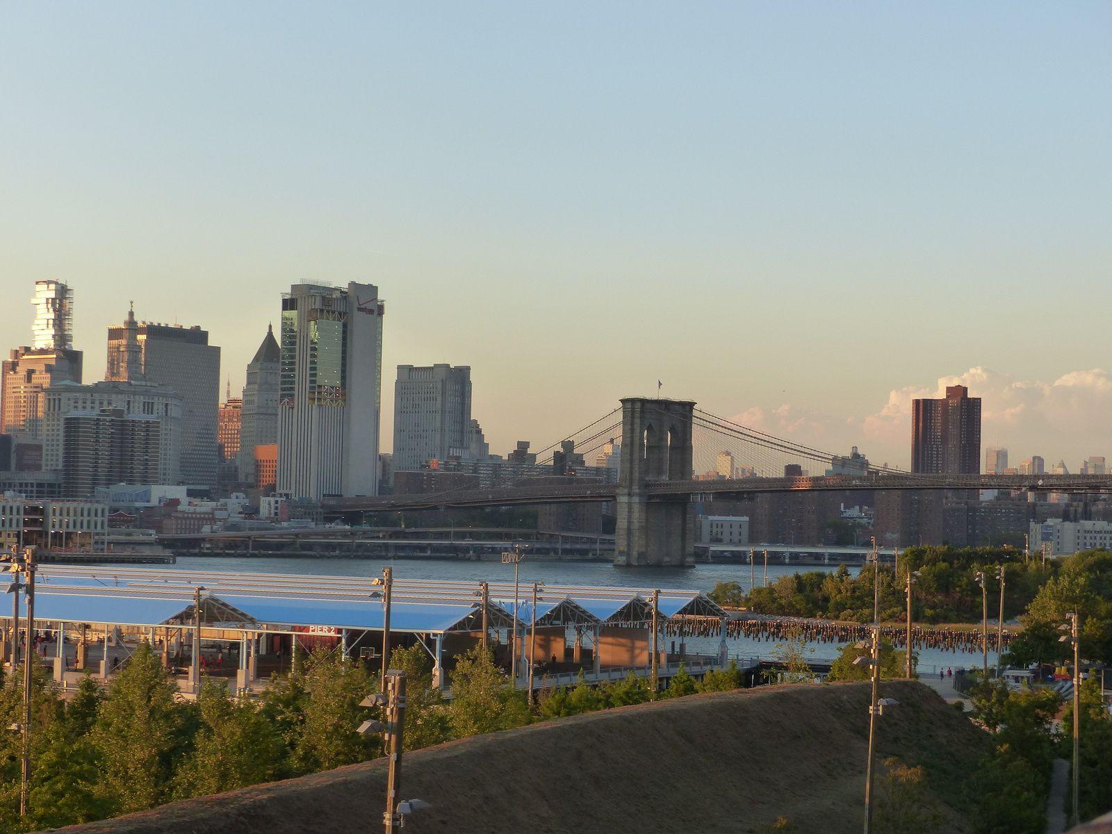 Attendre la tombée de la nuit au pied du Pont de Brooklyn puis traverser et profiter de la magie de New York
