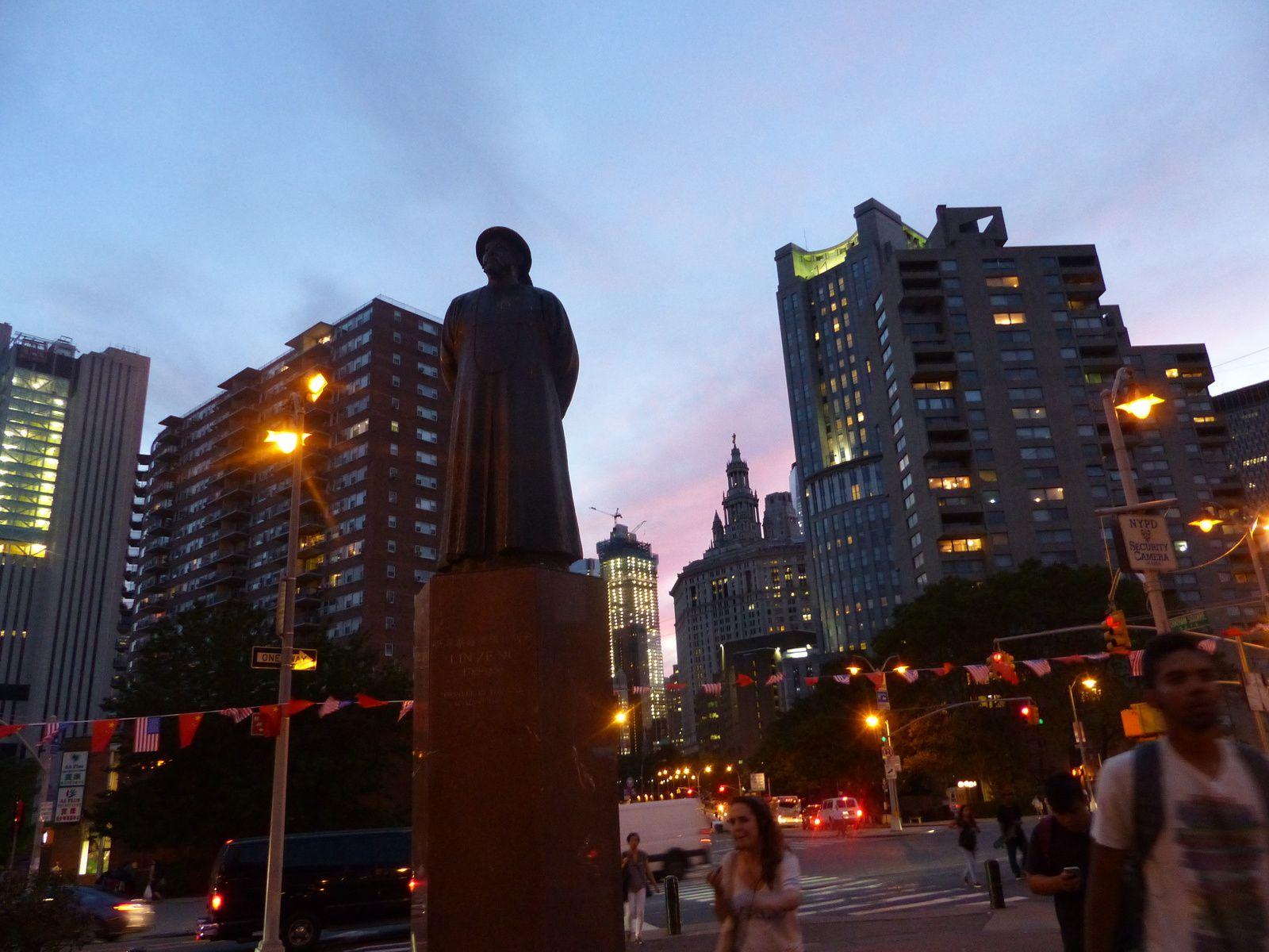 Coucher de soleil sur le sud de Manhattan ( clin d'oeil à ma série favorite ), Confucius à l'entrée de Chinatown et l'Empire sur le chemin du retour