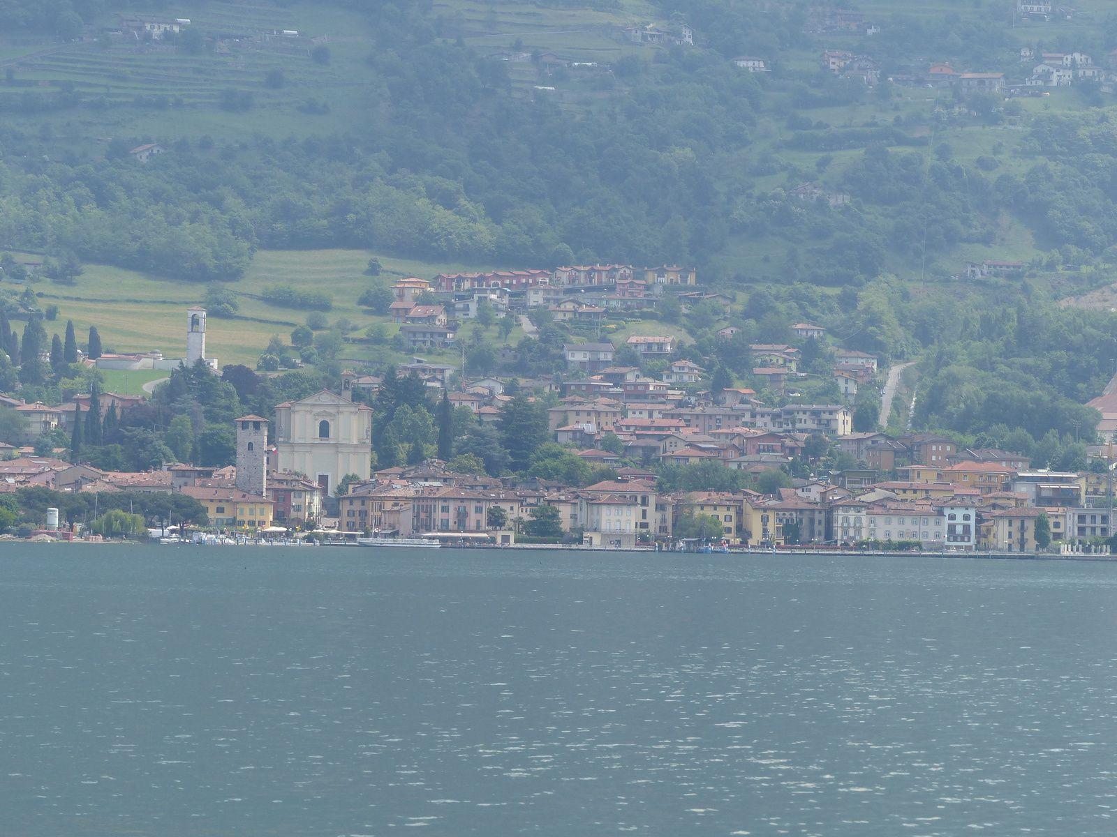 Village d'Iseo vu de Lovere ville de villégiature avec ses belles maisons
