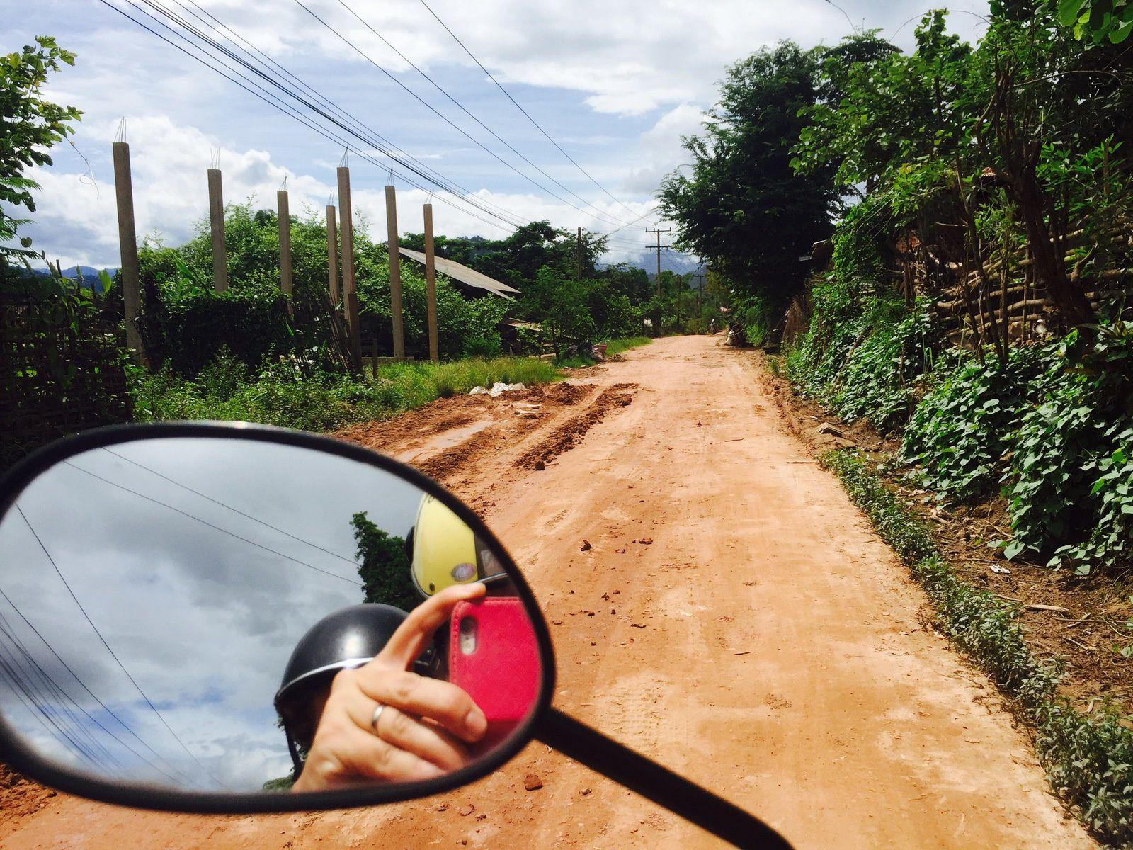 Nous empruntons des chemins tantôt de terre tantôt caillouteux. Quel régal ces petites routes qui nous mènent au plus près de la vie laotienne...