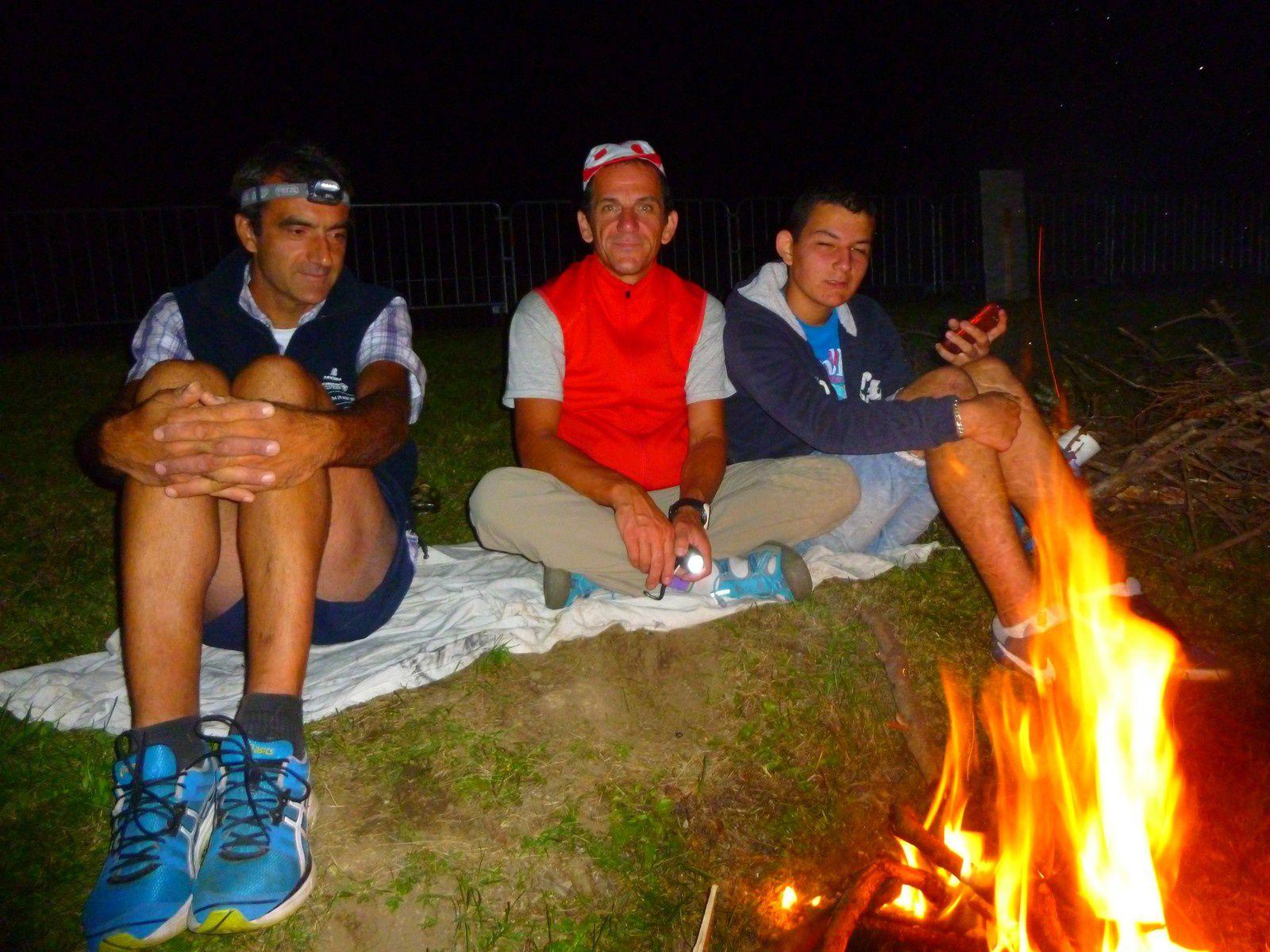 Les nuits sont bruyantes : autant se réunir autour d'un bon feu.