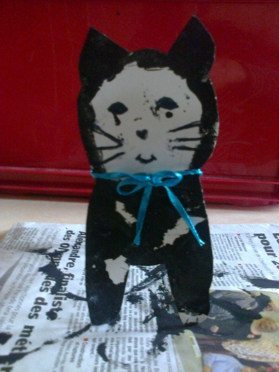 Petit chat avec rouleau de papier de toilette
