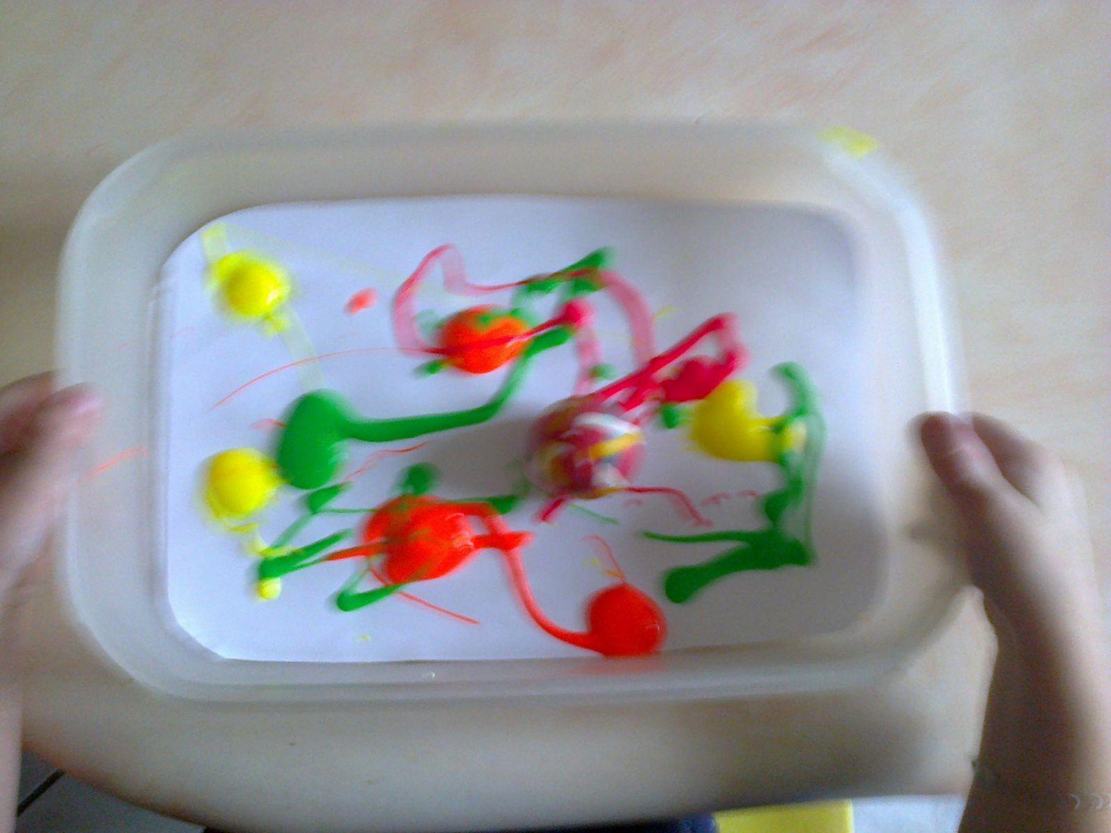 Petit jeu amusant avec de la peinture