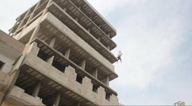 HORREUR - L'Etat islamique jette un homosexuel du haut d'une tour et lui arrache la tête au sol !