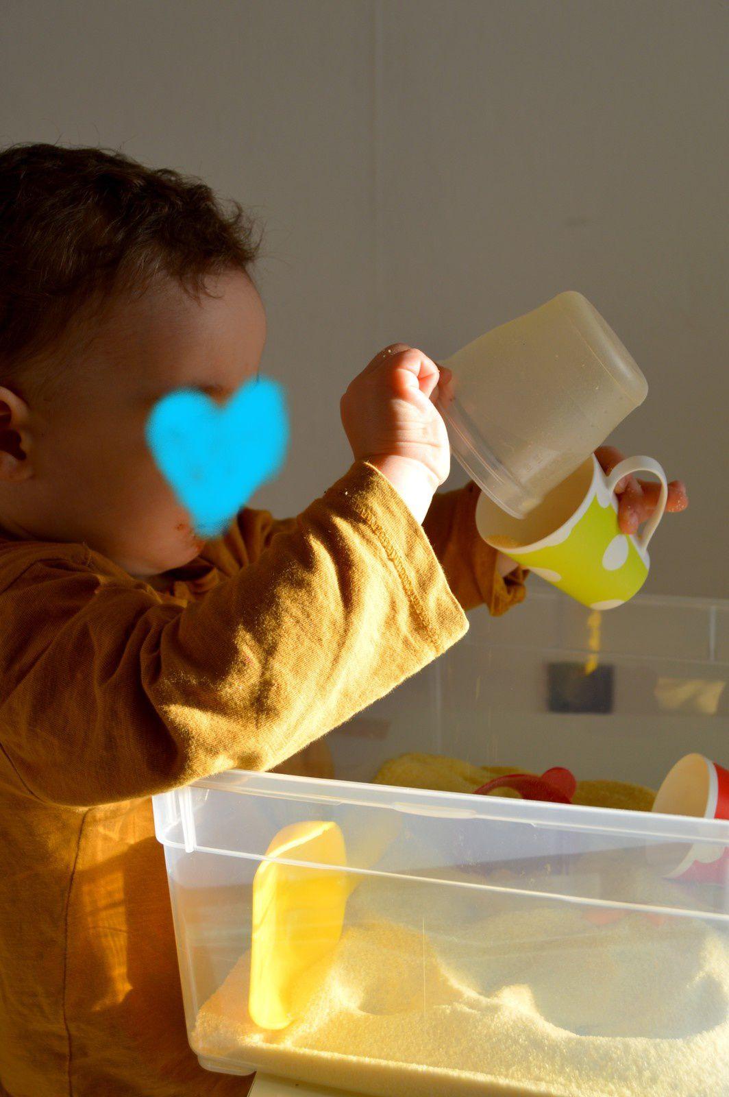 Patoger dans la semoule ! activité sensorielle bébé