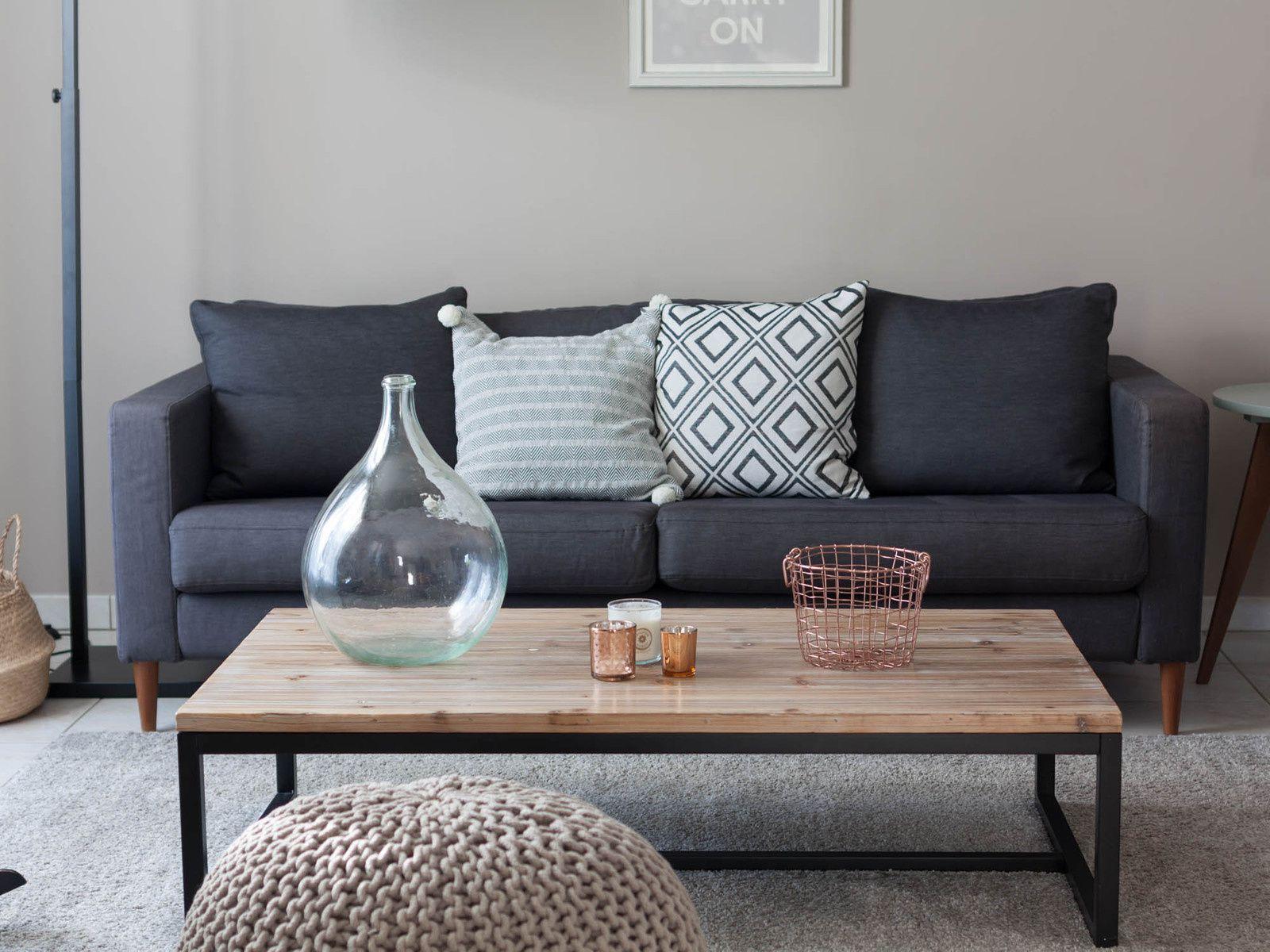 Housses de coussin, corbeille en fil métallique et photophore à motifs H&M Home, photophore cuivré Bloomingville