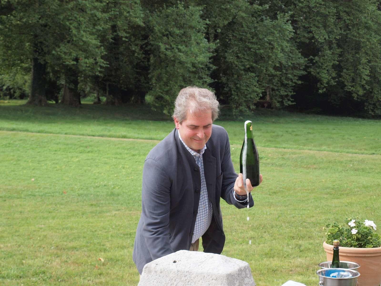 """Démonstration de l'art du sabrage par notre hôte. Le """"briquet"""" est l'outil nécessaire."""