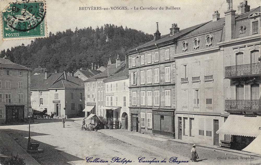 Le carrefour du Bayeux, la Place Léopold et l'ancien collège, l'Hôtel de Ville. Cliquer sur les images pour les agrandir.