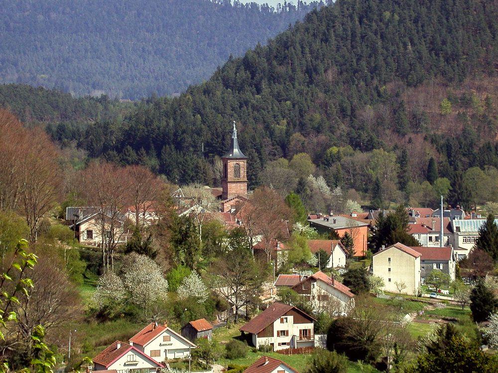 L'église vue depuis la pointe de l'Helledraye, avril 2003.