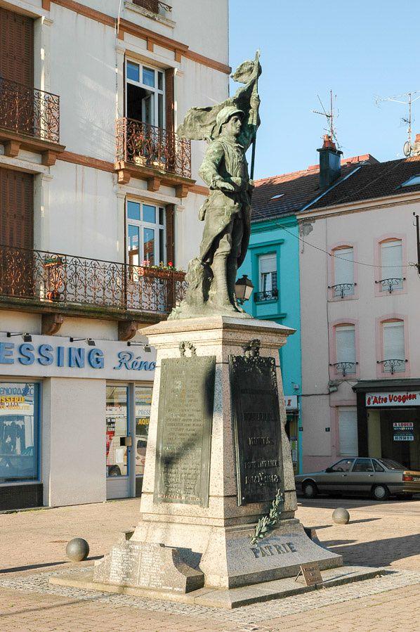 Le rond-point Général Bigeard avec la Dame de Bruyères, le Monument aux Morts.