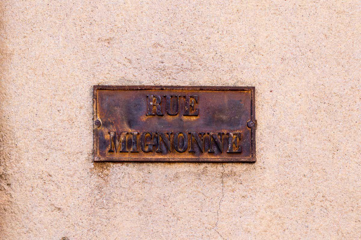 La plaque indicatrice de la Rue Mignonne et la rue Mignonne photographiée en direction de la Rue Abel Ferry