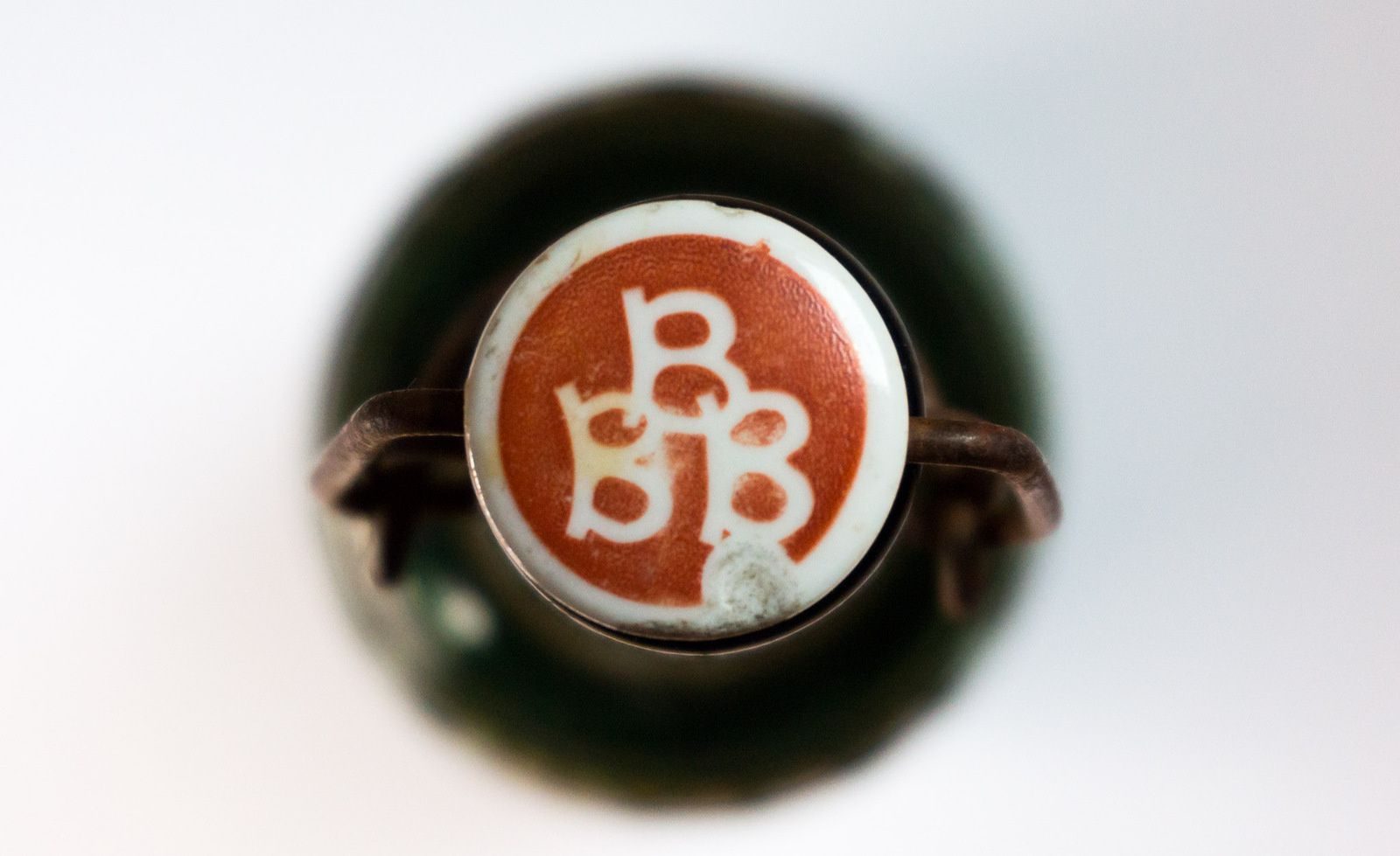 Le dernier bouchon de porcelaine avec le sigle BBB en blanc sur fond rouge est peut-être moins courant ?