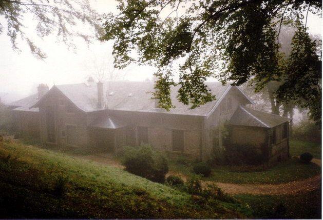 La Cabée dans une ambiance de brouillard, une situation qui inspire le calme et peut-être bien un côté mystérieux.