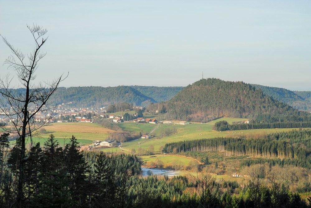 Vue sur BRUYÈRES depuis le Borémont. A gauche l'Helledraye et la Pointe de l'Helledraye (Point du Jour), à droite l'Avison.