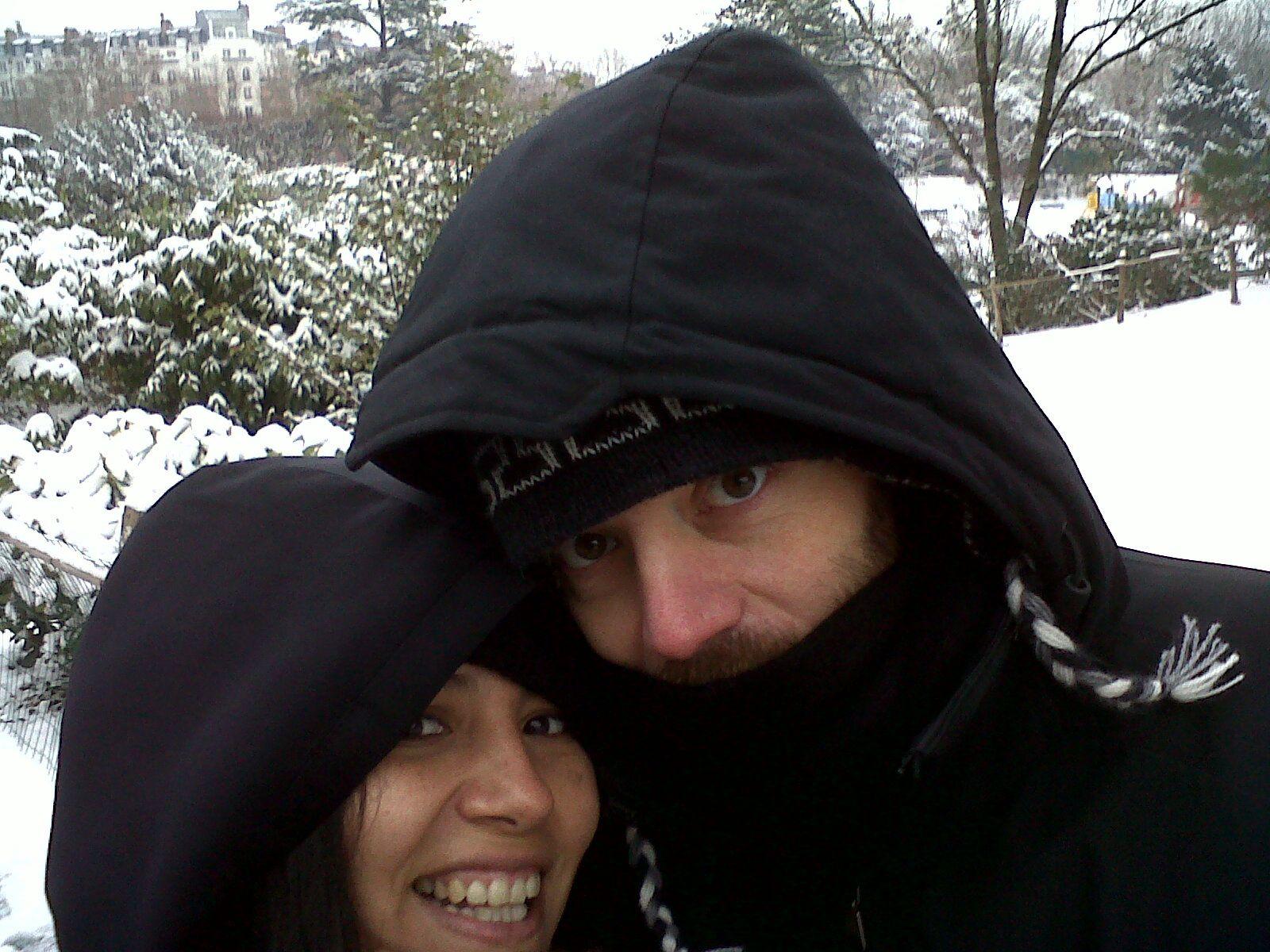 Janvier 2013... Petite sortie dans la toundra sibérienne... -40 °C... Nan, je déconne, c'est pas vrai... Aucune péruvienne ne pourrait sourire comme ça à cette température ! C'était une sortie à Montrouge, juste dans le parc à côté de chez nous ! Eh ouais, on a eu un sacré hivers à Paris cette année là... Juste pile quand je ne supportais pas le froid à cause de ma chimio, merci ! Si ça vous étonne que je mette cette photo dans une catégorie voyage, sachez que c'en était un pour moi : c'était ma première sortie dehors après ma première hospitalisation...