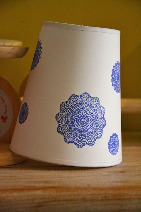 Petite suspension conique blanche / impression dentelle bleue  - Diamètre bas 15, haut 10, hauteur 17 - Soldé 12€
