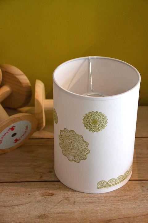 Petite suspension blanche impression dentelle vert moutarde - Diamètre 15, hauteur 20 - Soldé 15€ (pour douille E27, cet abat-jour peut aussi être utilisé sur une lampe à poser)