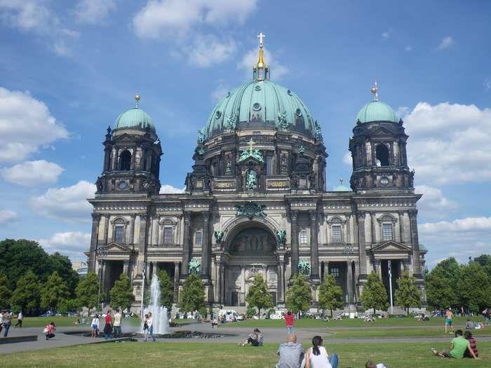 """Berliner Dom. Cathédrale à la gloire de l'Eglise luthérienne dans laquelle il y avait une affiche représenatnt Martin Luther en """"Superman"""" !"""