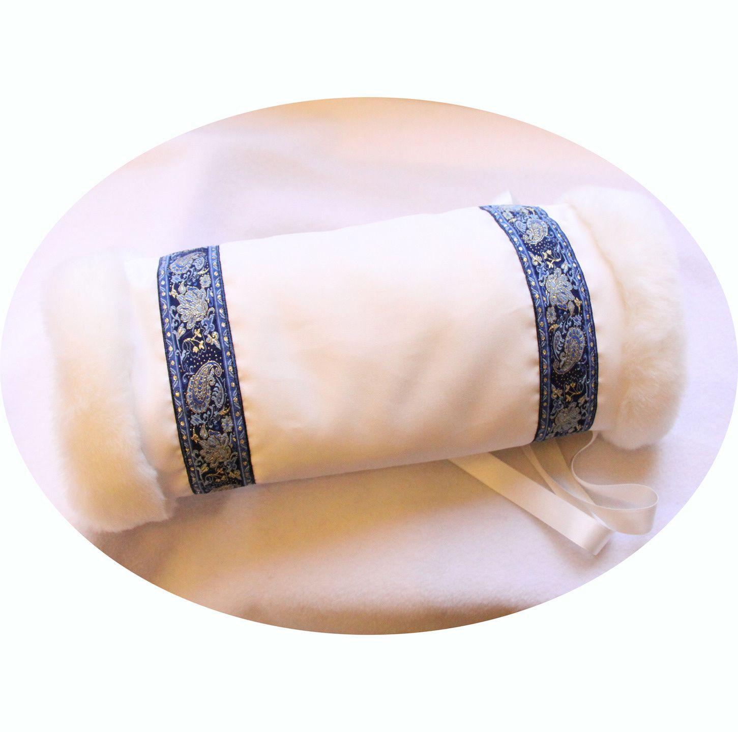 Manchon Princesse Russe en fausse fourrure blanche et galon bleu et ... c52e46c74ed