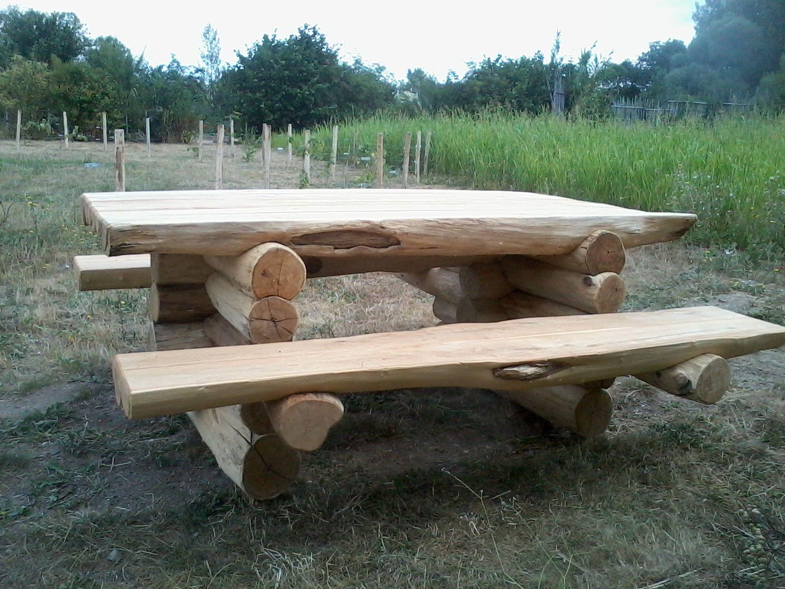 """Table 1, au """"Bivouac"""", au chemin d'entrée donnant sur le circuit de la Loire à Vélo, Proche du Potager"""